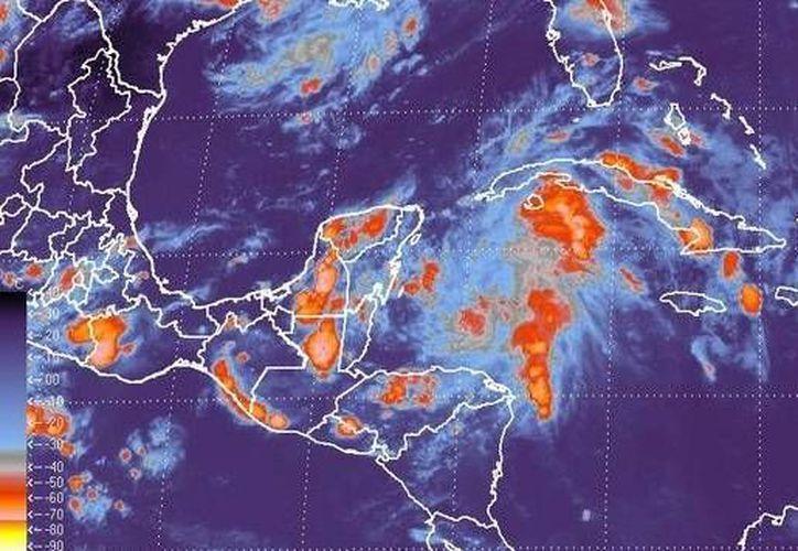 Las probabilidades de que la onda tropical número 13 se convierta en ciclón se mantiene en un 60%. (Archivo/SIPSE)