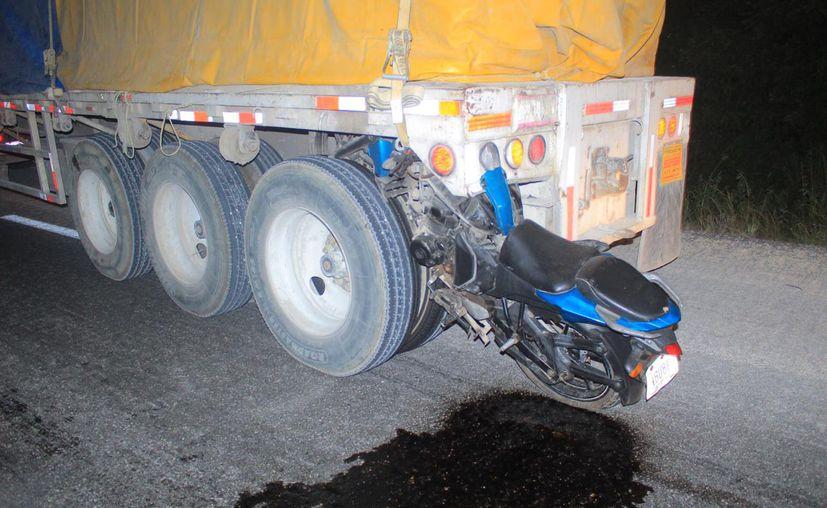 Dos motociclistas perdieron la vida al estrellar su moto contra un tráiler que circulaba sobre el tramo Playa del Carmen-Tulum. (Redacción/SIPSE)