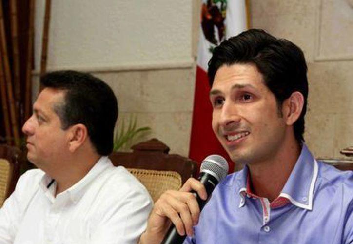 Antonio González Blanco (d), director del Instituto Municipal de la Juventud, considera fundamental involucrar a los padres en los programas de prevención de conductas de riesgo entre los jóvenes. (SIPSE)