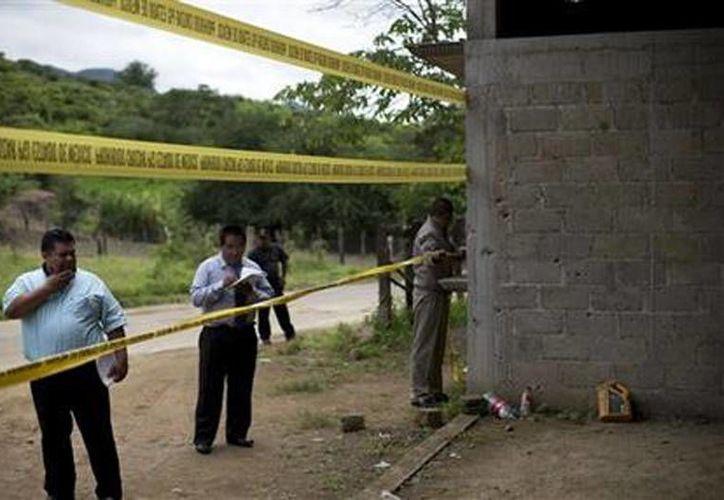 Autoridades estatales restringen el acceso a una bodega donde se registró una balacera entre soldados mexicanos y presuntos criminales a las afueras del poblado de San Pedro Limón, en el Estado de México. (Agencias)