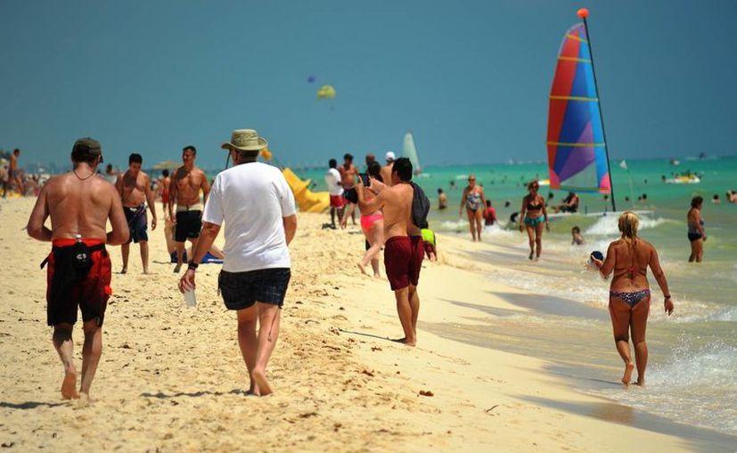 Las playas y negocios aledaños se vieron beneficiados con la visita masiva de turistas extranjeros, nacionales y locales. (Rafael Acevedo/SIPSE)