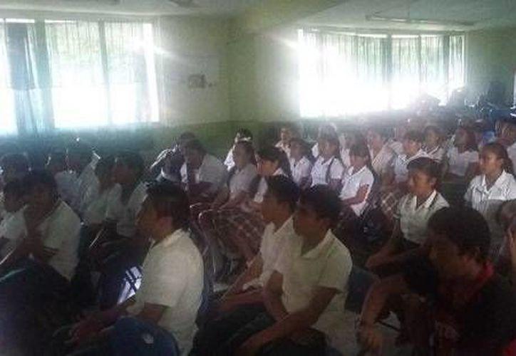 Personal de la PGR y DIF brindaron conferencias sobre Trata de Personas, Prevención del Delito y la Farmacodependencia, Explotación Sexual Infantil, y más temas a estudiantes del interior del estado. (Foto cortesía del Gobierno)