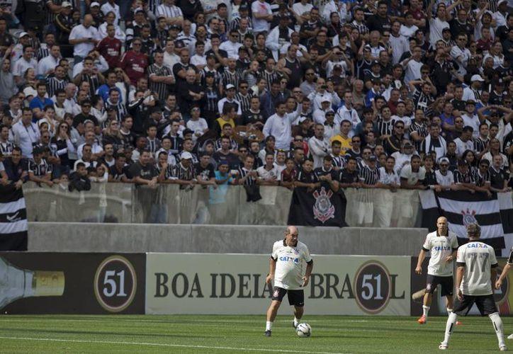 Roberto Rivellino y Dunga estuvieron entre numerosas leyendas vivas que participaron en los partidos en la inauguración del estadio   Arena Corinthians. (EFE)