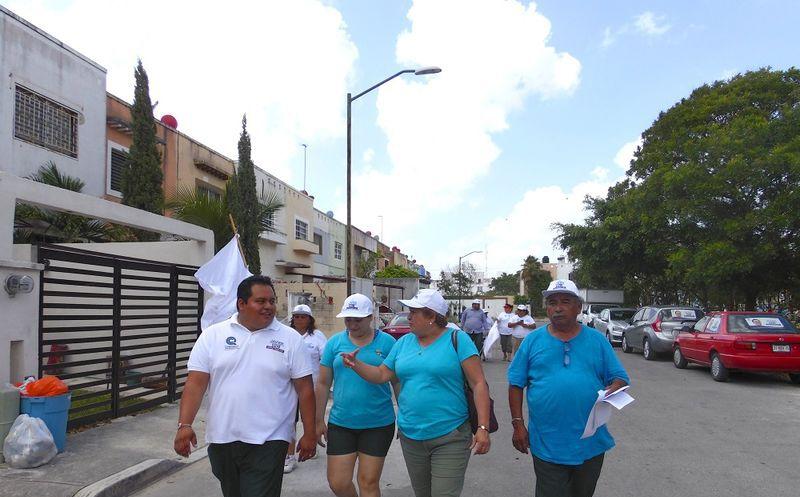 El candidato a diputado del distrito 7 por parte del partido Confianza por Quintana Roo, Javier Dzib visitó los comercios de la AV. 135. (Cortesía)