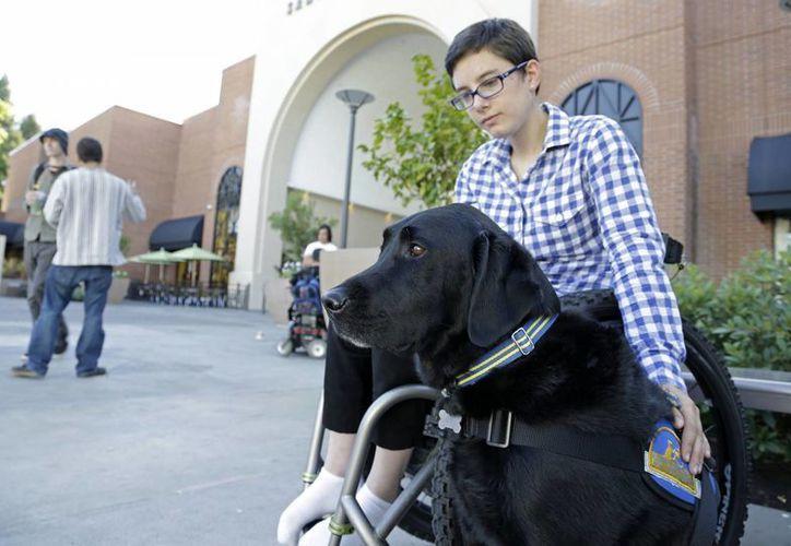 Wallis Brozman es acompañada por su perro Caspin afuera de un centro comercial en Santa Rosa, California. (Agencias)