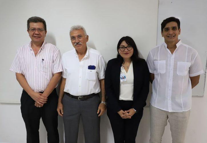 En la foto, Raúl Chiu Zalazar (director de la Escuela de Ingeniería); Francisco Pacheco (Gerente regional de FIDE); Isis Ojeda (Supervisora Regional de diagnósticos energéticos de la Comisión Federal de Electricidad) y el ing. Carlos Sauri Quintal, (Director General de la Universidad Modelo).