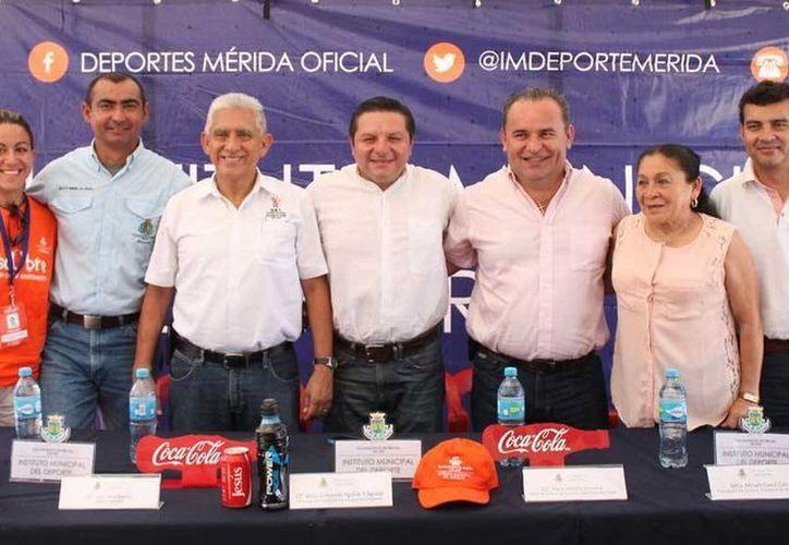 Mario Peniche (tercero desde la derecha), presidente de la Acrodey, agradeció a dirigentes del deporte yucateco por el apoyo para la realización de la II Carrera del Cronista Deportivo.  (Milenio Novedades)