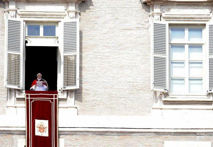 Benedicto XVI al ofrecer uno de sus rezos del Ángelus desde su apartamento. (EFE/Archivo)