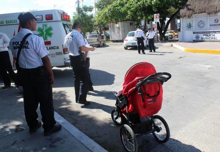 Un padre y su bebé fueron 'chocados' por el vehículo de una extranjera en el bulevar Playa del Carmen. (Redacción/SIPSE)