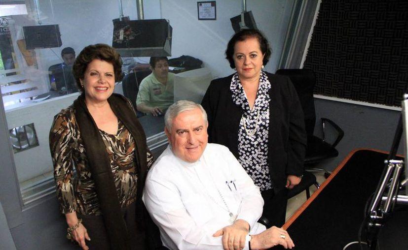 Alis García, Mons. Emilio Carlos Berlie Belaunzarán y Esperanza Nieto en el programa Salvemos Una Vida. (Milenio Novedades)