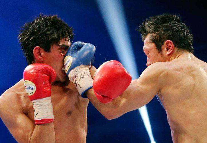 Aunque la pelea fue dura en sus inicios para 'Jibran', bastaron 4 rounds para que le pasara por encima al japonés Akira Yaegashi. El mexicano es ahora el campeón minosca. (AP)