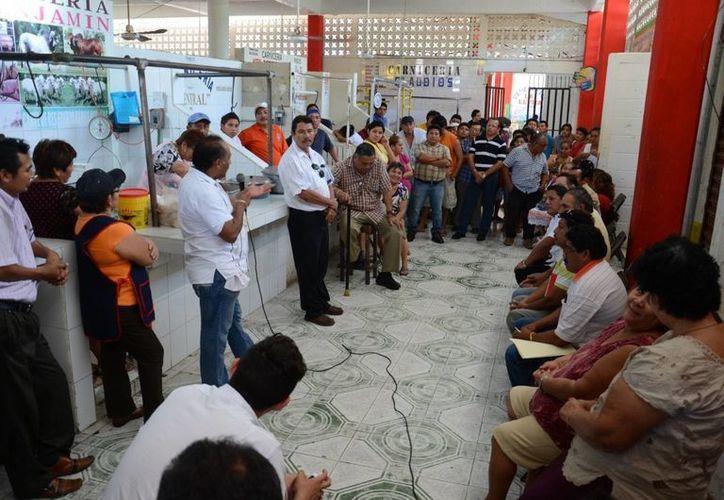 Los comerciantes de la central de abasto expusieron de manera detallada sus problemas al presidente municipal. (Manuel Salazar/SIPSE)
