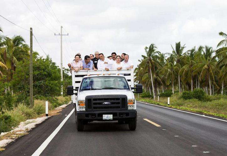 El gobernador Rolando Zapata Bello y su comitiva recorren uno de los tramos que fueron modernizados. (SIPSE)