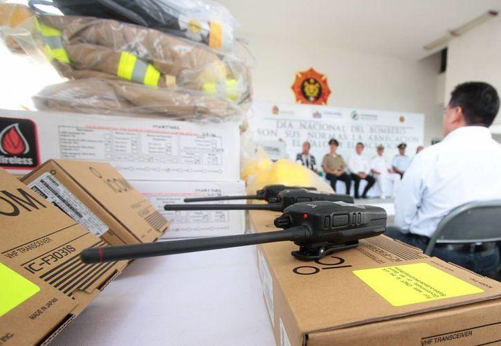 Ayer el cuerpo de bomberos de Cozumel recibió uniformes nuevos, luego de 20 años de usar los mismos.  (Gustavo Villegas/SIPSE)