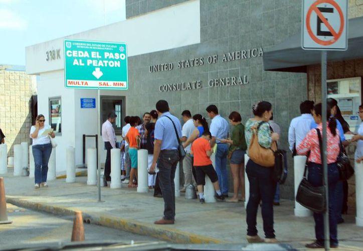 El consulado de EU recomienda tramitar la cita con tiempo. Imagen de la fila de personas que acuden para su cita con los funcionarios estadounidenses. (Milenio Novedades)