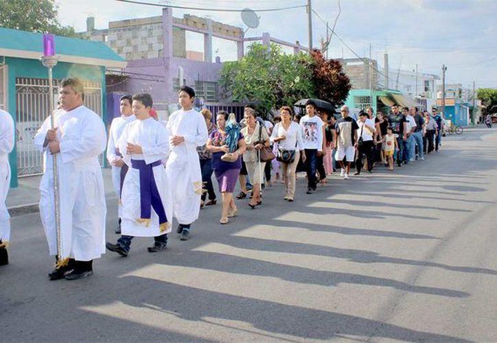 En señal de estar de luto por la muerte de Jesús, alrededor de 100 feligreses de la iglesia San José Obrero y San Patricio de Irlanda llevaron a cabo la procesión a las cinco de la tarde.