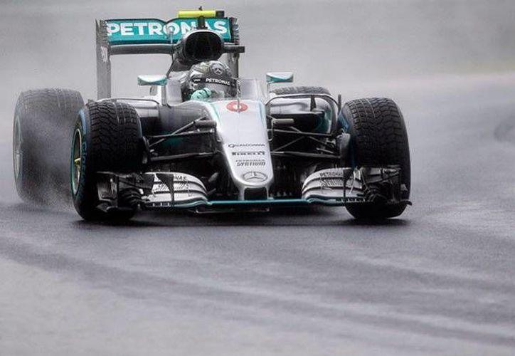 Nico Rosberg obtuvo la posición de honor, luego de vencer en las últimas vueltas a su compañero Lewis Hamilton. (AP)