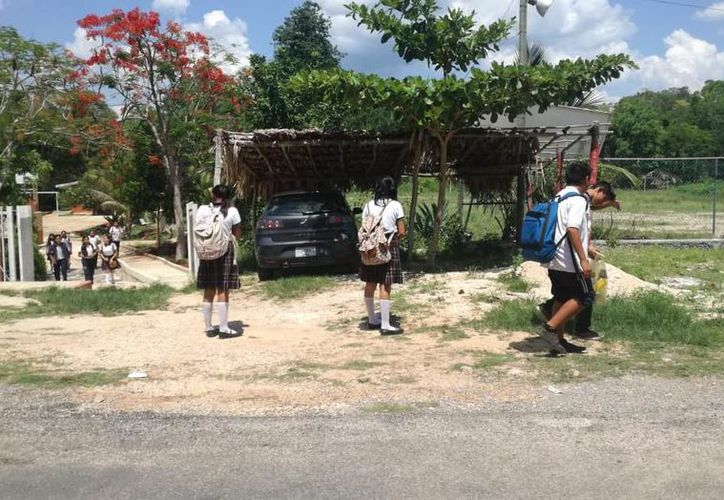 A través de sus padres, los alumnos demandan a la Secretaría de Educación en Q. Roo la construcción de un lugar para continuar sus estudios de nivel medio superior. (José Chi/SIPSE)