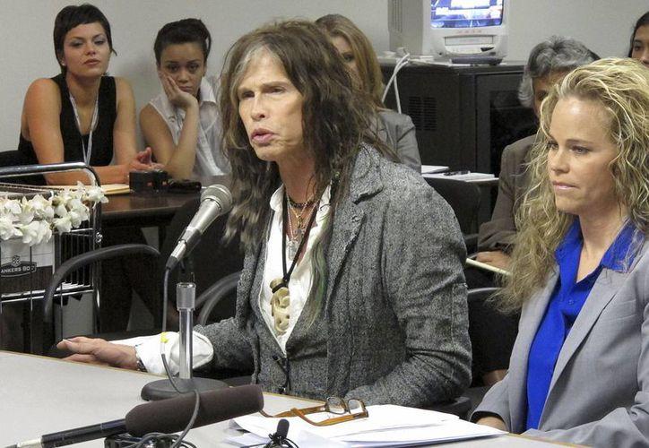 Steven Tyler testifica sobre la ley de privacidad, en el Capitolio de Honolulu, Hawai. (Agencias)