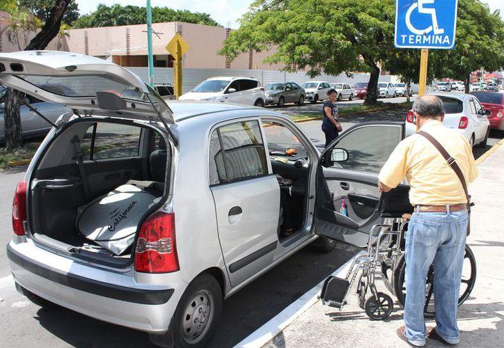Las personas que presentan alguna discapacidad exigen que se respeta la ley laboral. (Joel Zamora/SIPSE)