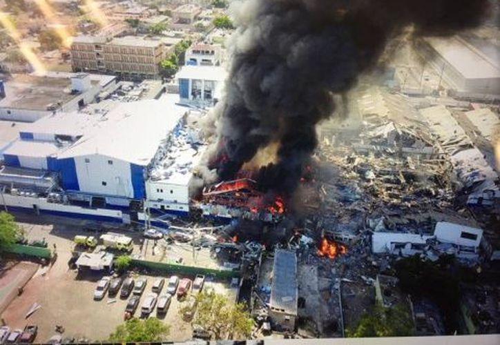 La fuerte explosión fue atendida por cuerpos de bomberos. (Excélsior)