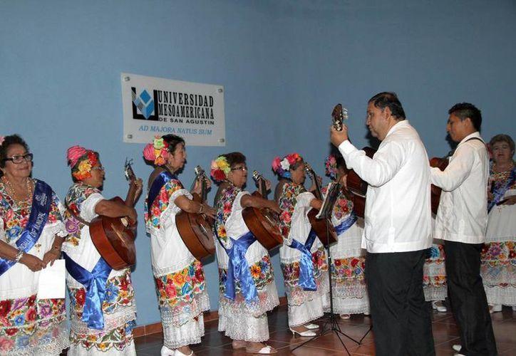 La Rondalla del Adulto Mayor durante su actuación en la Universidad Mesoamericana de San Agustín. (Cortesía)