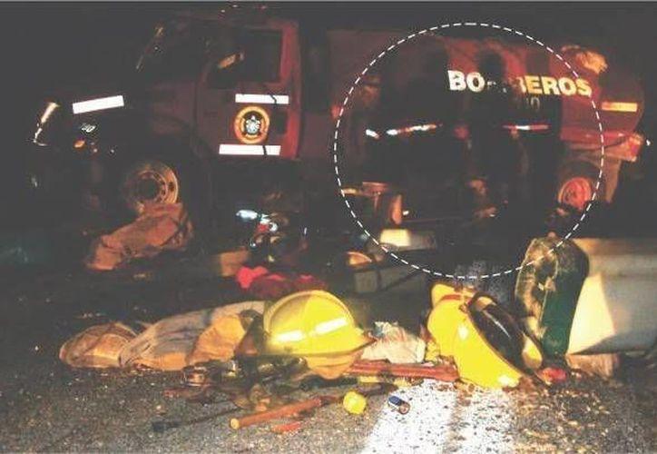 Esta es la foto que fue captada poco después del accidente, en donde se cree que se captaron las almas en pena de los tres bomberos. (Jorge Moreno/ SIPSE)