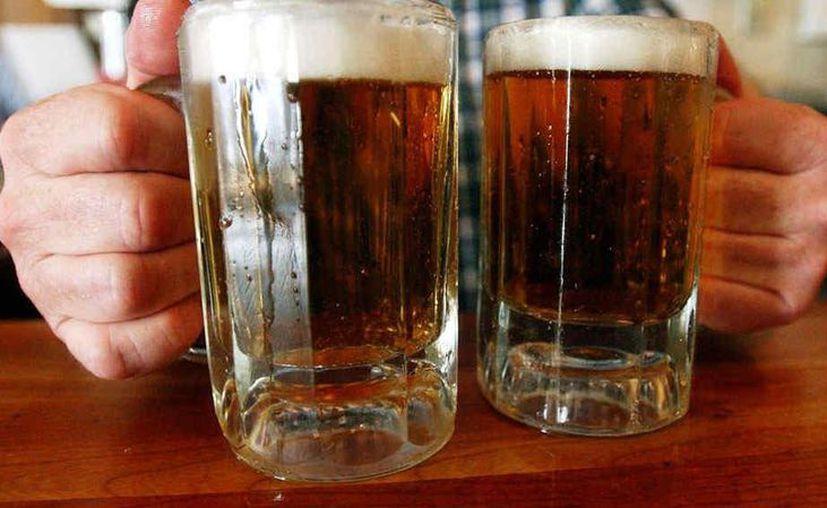 Simular emociones de felicidad está relacionado con beber después de la jornada laboral. (Foto: AP)