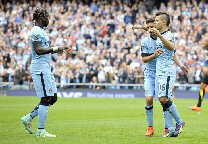 El Kun (d) pudo haber metido cinco goles para Manchester City, pero falló un penal ante Tottenham. (EFE)