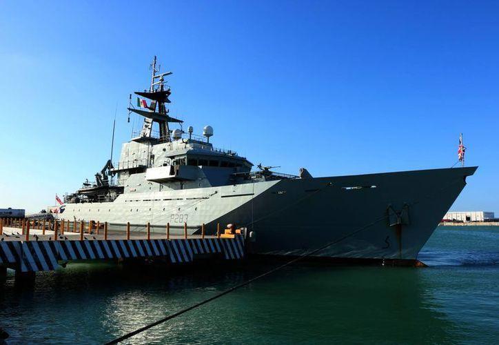 Este martes atracó en Progreso el 'Barco de la Reina', que forma parte de la Marina del Reino Unido. (Fotos: José Acosta/SIPSE)