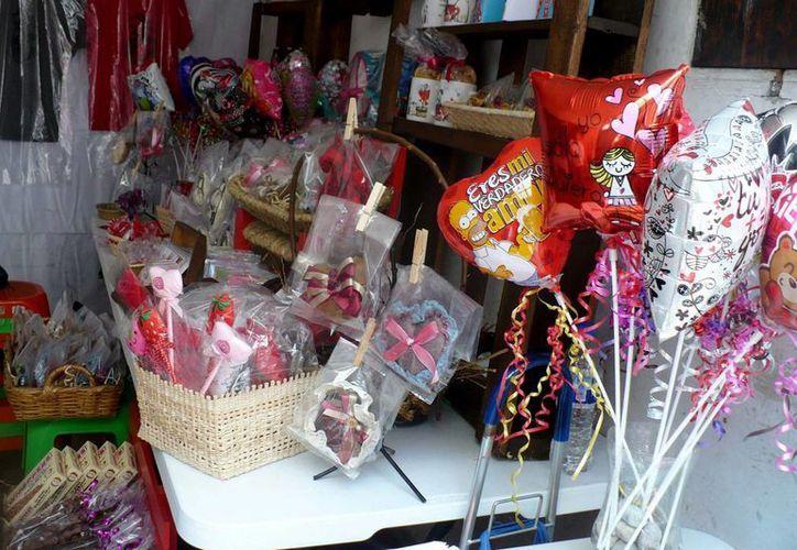 Las ventas de artículos relacionados con el Día del Amor y la Amistad de venden como pan caliente. (Notimex)