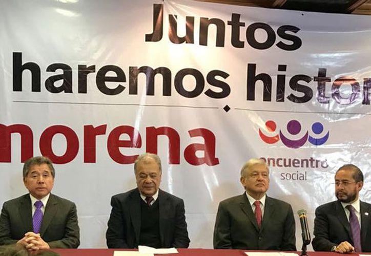 signaron el acuerdo Alberto Anaya, del Partido del Trabajo; Andrés Manuel López Obrador, de Morena; y Hugo Eric Flores, del PES.  (Foto: Sin Embargo)