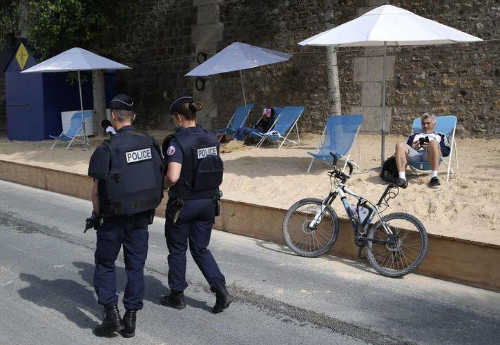 Agentes franceses realizan recorridos y vigilan las zonas de descanso en la capital gala. (AP/Michel Euler)