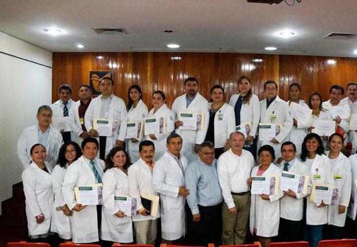 Fotografía de los médicos y especialistas del IMSS que recibieron el galardón. (Milenio Novedades)