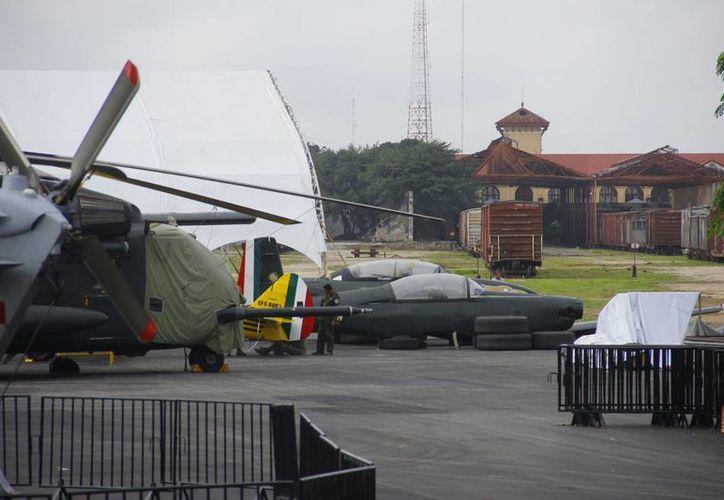 Va tomando forma en terrenos de La Plancha la exposición de las Fuerzas Armadas. (Juan Carlos Albornoz/SIPSE)