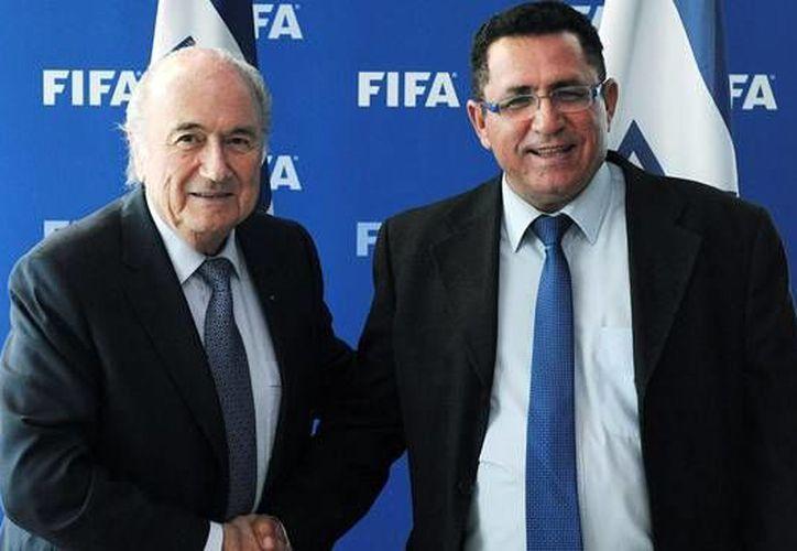 FIFA estaría dispuesta a invalidar la sedes de los mundiales de 2018 y 2022, eventos que se desarrollarán en Rusia y Qatar 2022. En la imagen el presidente de la FIFA, Joseph Blatter, en reunión con Ofer Eini, presidente de la Asociación Israelí de Fútbol.(Foto: es.fifa.com)