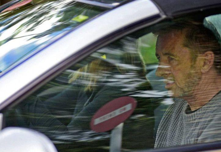 La justicia de Nueva Zelanda levantó cargos contra el músico de la banda AC/DC, Phil Rudd. En la imagen, el baterista sale del juzgado al que acudió a declarar, en Tauranga, Nueva Zelanda.  (AP)