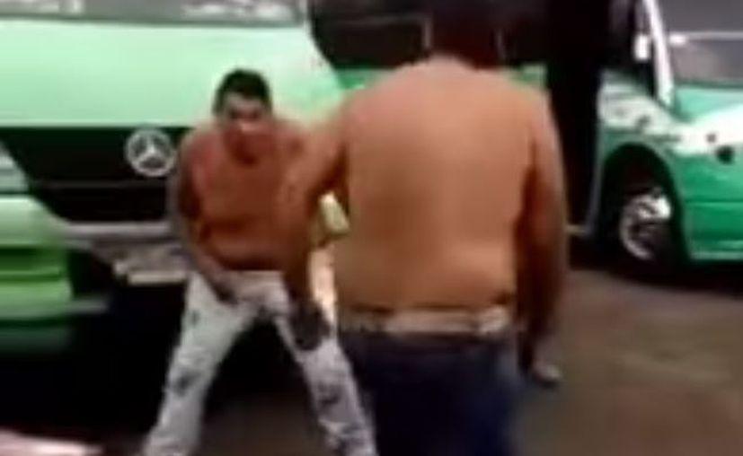 Dos de los presentes ayudan al chofer a levantarse y es así como termina la pelea. (Redacción)