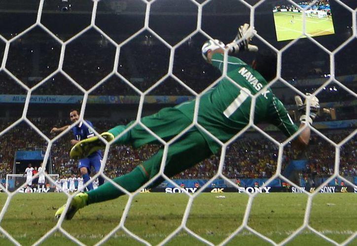 Atajada del portero Keylor Navas que valió la histórica clasificación a cuartos de final para Costa Rica por primera vez. (Foto: AP)
