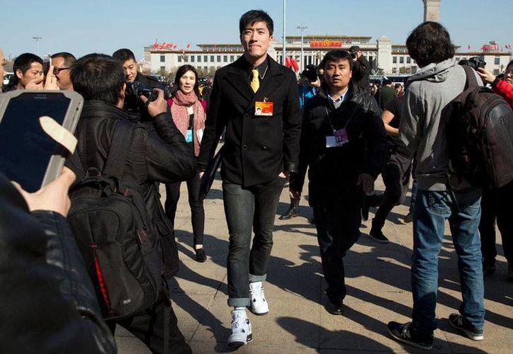 El campeón olímpico de 110 metros con vallas en Atenas 2004, el chino Liu Xiang anunció oficialmente su retiro de las pistas. (AP)