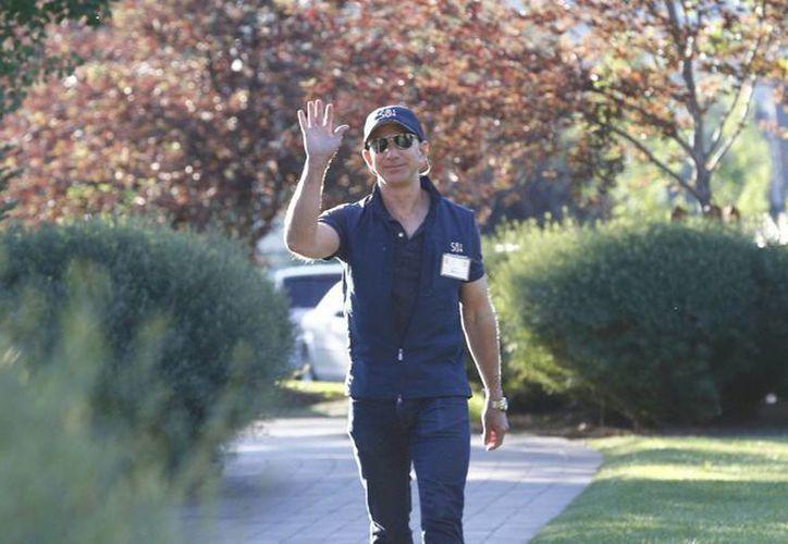 El fundador y director ejecutivo de Amazon, Jeff Bezos, saluda a su llegada a la 32 edición de la Conferencia Anual de Medios y Tecnología Allen y Compañía en Sun Valley, Idaho. (EFE)