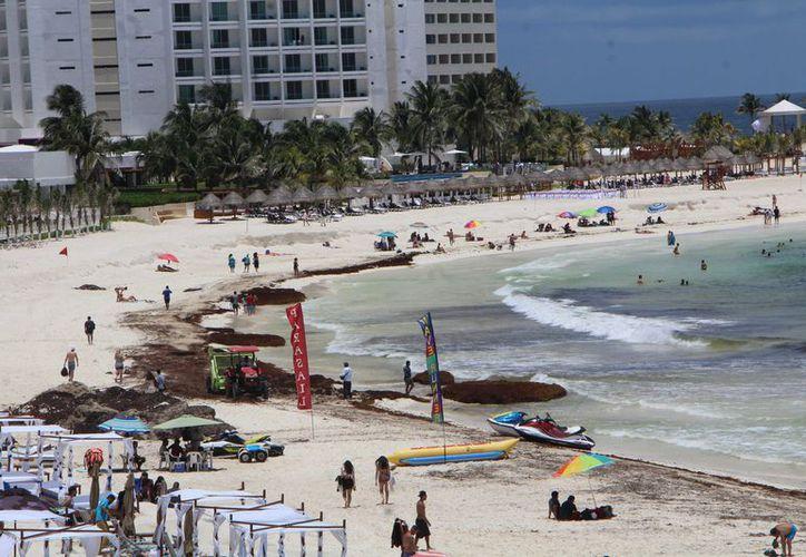 Con los recursos del Fonden se contrataron siete empresas que aglutinan a 350 trabajadores para la limpieza de playas. (Paola Chiomante/ SIPSE)