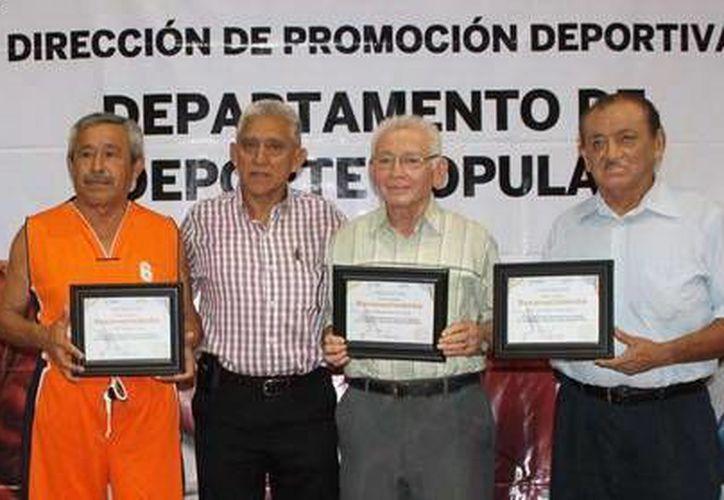 El director del IDEY entregó los diplomas  a los personajes muy queridos por la comunidad basquetbolista. (Milenio Novedades)