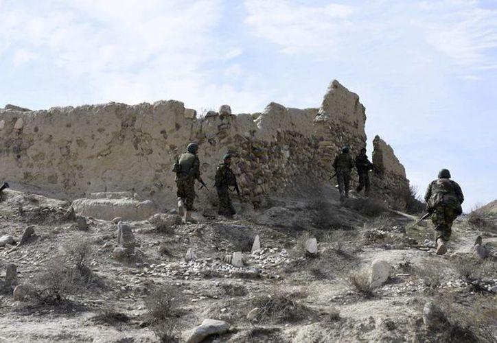 Miembros de los servicios de seguridad patrullan el distrito de Achin, en la provincia de Nangarhar, Afganistán. (Archivo/EFE)