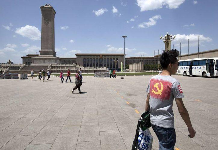 Turistas caminan por la Plaza de Tiananmen en Beijing. (Agencias)