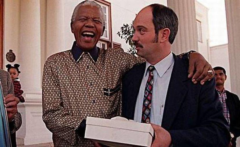 Nelson Mandela con Christo Brand, quien durante muchos años fue su carcelero. (Agencias)