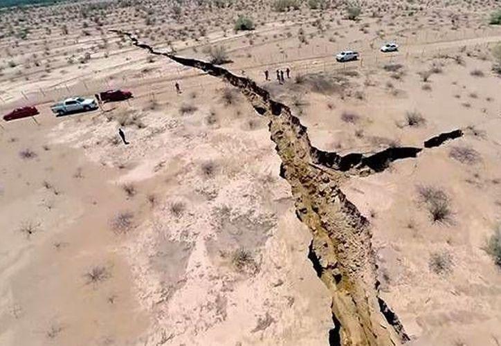 Algunos geólogos sostienen que la tierra se abrió debido el aumento de flujo de agua subterránea a consecuencia de las lluvias. (YouTube)
