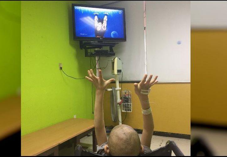 Luis Ángel fue captado viendo la serie en el hospital de Oncología del IMSS en Ciudad Obregón, Sonora. (Foto: Twitter)