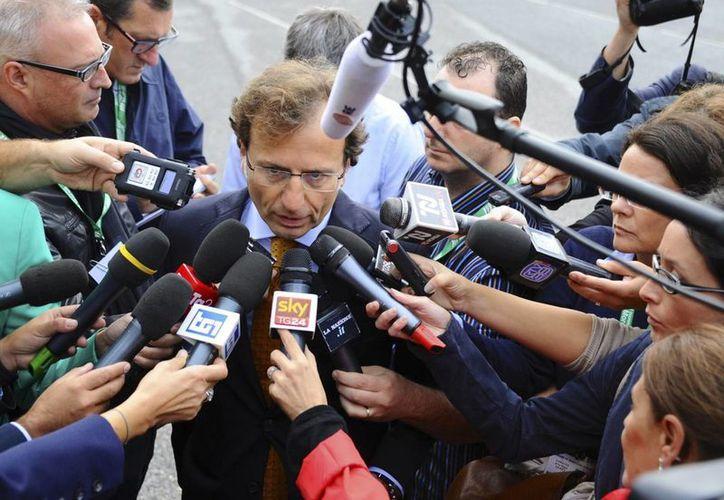 El abogado de la familia Kercher, Francesco Maresca, dialoga con la prensa previo al nuevo juicio contra Amanda Knox. (Agencias)