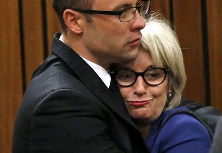Pistorius abraza a su tía Lois durante el juicio que se le sigue en Pretoria, por asesinar a su novia. (Agencias)